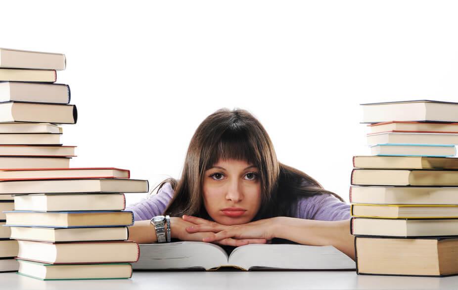 10 أفكار جنونية تخطر ببال الطالب ليلة الامتحان، تعرف على أبرزها!