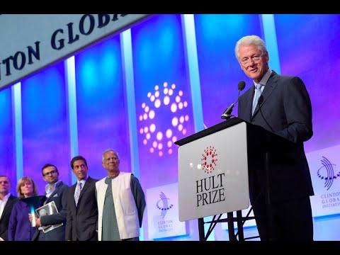 """الرئيس الأمريكي السابق """"بيل كلينتون"""" يلقي خطابا خلال المرحلة النهائية من المسابقة."""